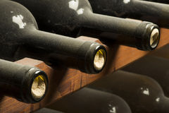 Botellas de vino en estante Foto de archivo