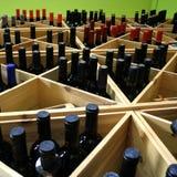 Botellas de vino en estante Fotografía de archivo