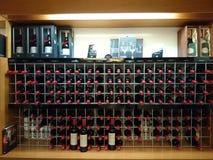 Botellas de vino en estante Imagen de archivo libre de regalías