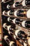 Botellas de vino en estante Foto de archivo libre de regalías