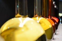 Botellas de vino en fila Fotografía de archivo