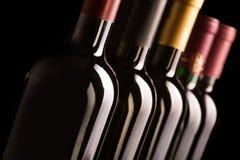 Botellas de vino en fila Foto de archivo