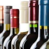 Botellas de vino en fila Imagen de archivo
