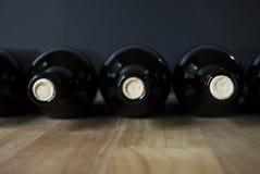 Botellas de vino en fila Foto de archivo libre de regalías