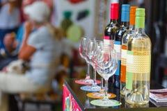 Botellas de vino en fila con la profundidad del campo limitada Fotografía de archivo libre de regalías