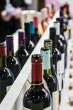 Botellas de vino en la prueba o la tienda contraria Imágenes de archivo libres de regalías