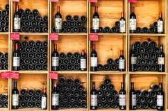 Botellas de vino en la tienda de Saint Emilion Imagen de archivo