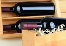 Botellas de vino en los embalajes de madera Imagenes de archivo