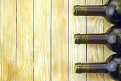 Botellas de vino en los listones de madera del fondo Fotos de archivo