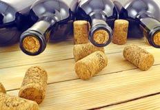 Botellas de vino en los listones de madera del fondo Foto de archivo