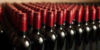 Botellas de vino en redy winecellar para embalar y la entrega fotos de archivo