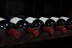 Botellas de vino en un almacén de licor Foto de archivo libre de regalías