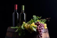Botellas de vino en un barril imagenes de archivo