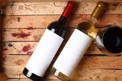 Botellas de vino en un cajón Imagen de archivo