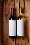 Botellas de vino en un cajón Imagenes de archivo