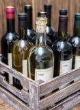Botellas de vino en un cajón de madera imagen de archivo