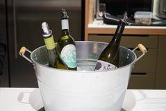 3 botellas de vino en un cubo metálico imagen de archivo