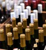 Botellas de vino en un departamento Imagenes de archivo