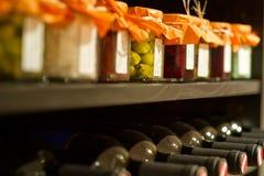 Botellas de vino en un estante Fotos de archivo