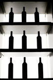 Botellas de vino en un estante Imagen de archivo