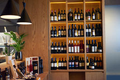 Botellas de vino en un estante de madera Imagenes de archivo