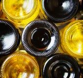 Botellas de vino en un lagar. Vino blanco rojo y fotos de archivo