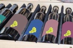 Botellas de vino en una caja de madera Foto de archivo libre de regalías