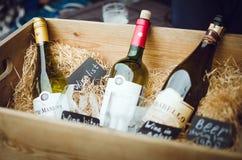 Botellas de vino en una caja de madera del vintage Tienda de vino del escaparate de la decoración imagenes de archivo