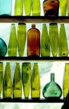 Botellas de vino en ventana Fotografía de archivo libre de regalías