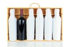Botellas de vino envueltas tejido en el caso de madera Foto de archivo libre de regalías