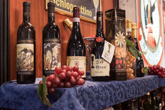 Botellas de vino italianas en la exhibición en el pedazo 2014, intercambio internacional del turismo en Milán, Italia Fotos de archivo libres de regalías