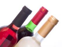 Botellas de vino multicoloras aisladas en blanco Imagenes de archivo