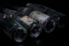 Botellas de vino de Murfatlar muy viejas, opinión aislada del primer de la vieja etiqueta Fotos de archivo libres de regalías