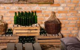 Botellas de vino vacías en sótano Imágenes de archivo libres de regalías