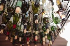 Botellas de vino vac?as apiladas en fila foto de archivo libre de regalías
