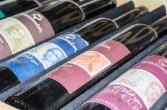 Botellas de vino viejas con diversas etiquetas Foto de archivo libre de regalías