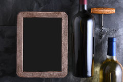 Botellas de vino y carta de vinos en blanco Fotos de archivo libres de regalías