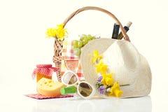 Botellas de vino y de cesta de la comida campestre con la comida deliciosa Fotografía de archivo libre de regalías