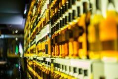 Botellas de whisky en una barra - 1 Foto de archivo libre de regalías