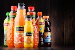Botellas de zumos de fruta clasificados Fotos de archivo libres de regalías