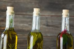 Botellas del aceite de oliva con herbario y las especias Fotografía de archivo
