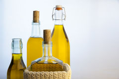 Botellas del aceite de oliva en el fondo blanco Fotografía de archivo libre de regalías