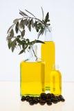 Botellas del aceite de oliva en el fondo blanco Imagen de archivo