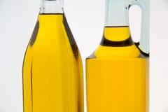 Botellas del aceite de oliva en el fondo blanco Foto de archivo