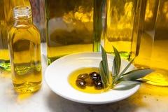 Botellas del aceite de oliva en la tabla Fotografía de archivo libre de regalías