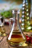 Botellas del aceite de oliva, tema rural mediterráneo Fotos de archivo