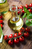 Botellas del aceite de oliva, tema rural mediterráneo Imágenes de archivo libres de regalías