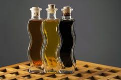 Botellas del aceite de oliva y del vinagre balsámico Fotos de archivo libres de regalías