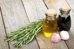 Botellas del aceite y del vinagre de oliva con las especias Imagenes de archivo