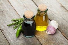 Botellas del aceite y del vinagre de oliva con las especias Imagen de archivo libre de regalías